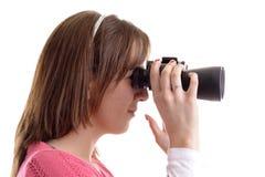 бинокли смотря детенышей женщины ринва профиля стоковое изображение rf