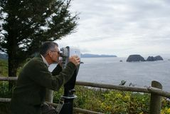 бинокли смотря человека стоковая фотография rf