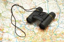 бинокли составляют карту сверх Стоковое Фото