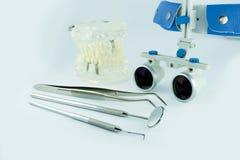 Бинокулярное зубоврачевание loupes Применение оптики в treatme Стоковая Фотография RF