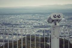 Бинокулярный или телескоп размещайте на держателе Moiwa для пользы путешественника поддержки ища взгляд города Саппоро стоковые фотографии rf