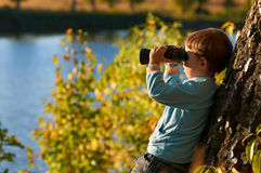 бинокулярный мальчик немногая смотря Стоковое Изображение RF