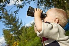 бинокулярный мальчик Стоковые Фотографии RF
