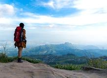 Бинокли взгляда женщины Hiker на горе, Стоковое Фото