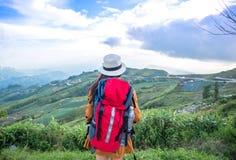 Бинокли на горе, небо взгляда женщины Hiker предпосылки голубое Стоковое Изображение RF