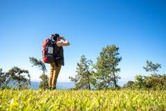 Бинокли на горе, небо взгляда женщины Hiker предпосылки голубое Стоковые Фотографии RF