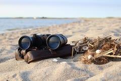Бинокли на пляже на песке Стоковое Изображение RF