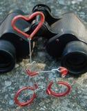 Бинокли руки и диаграмма велосипеда с концепцией влюбленности Стоковое фото RF
