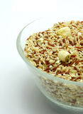 Био еда: Рис смешивания органический на белой предпосылке Стоковые Фото