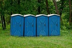 Био туалет 4 на траве в парке стоковые фотографии rf