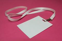 Бирка имени с белым neckband изолированным на розовой предпосылке стоковое изображение rf