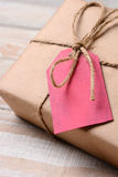 Бирка красного цвета подарка на рождество крупного плана Стоковая Фотография RF