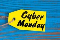 Бирка продаж понедельника кибер Желтые бирки цвета на голубой деревянной предпосылке Стоковая Фотография RF