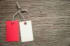 2 бирки на деревянной предпосылке Стоковое Изображение
