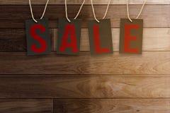 Бирки продажи на деревянной предпосылке планок Стоковые Фото
