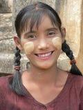 Бирманская девушка носит традиционное thanaka как солнцезащитный крем. Стоковое Изображение RF