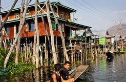 Бирманская деревня озера Inle в Мьянме Стоковое Изображение RF