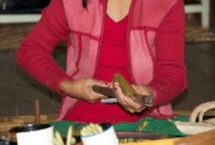 Бирманская женщина делает сигары Мьянму Стоковые Фото