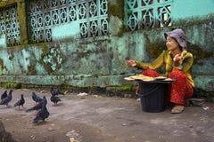 Бирманская женщина продавая зерна и семена для еды голубя стоковая фотография