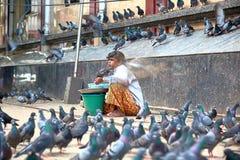 Бирманская женщина продавая зерна и семена для еды голубя стоковые фото
