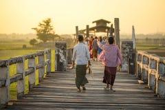 Бирманская прогулка женщины на мосте u Bein, Мьянме Стоковая Фотография