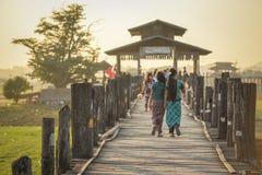 Бирманская прогулка женщины на мосте u Bein, Мьянме Стоковое Фото