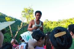 Бирманские туристы денег обязанности между поднимающей вверх пагодой Kyaiktiyo Стоковые Изображения