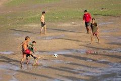 Бирманские люди играя футбол Стоковая Фотография