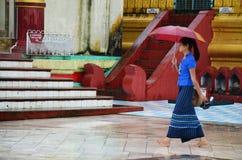 Бирманские люди идя на пагоду Shwemawdaw Paya в Bago, Мьянме Стоковые Изображения