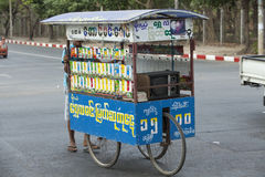 Бирманские люди продавая на улице в Янгоне, Мьянме Стоковые Изображения