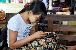 Бирманские люди работая сделанное Lacquerware Стоковая Фотография RF