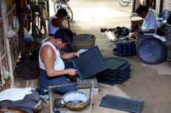 Бирманские люди работая сделанное Lacquerware Стоковая Фотография