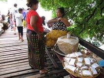 Бирманский продукт продажи людей для путешественника на мосте u Bein Стоковая Фотография