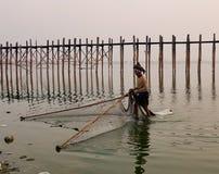 Бирманский человек на озере в Мандалае, Мьянме Стоковые Фотографии RF