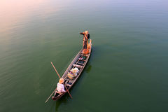 2 бирманских рыболова удят на шлюпке Стоковая Фотография