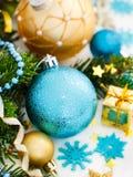 Бирюза и золотые орнаменты рождества стоковые фотографии rf
