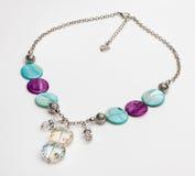 Бирюза и фиолетовое ожерелье с драгоценными камнями стоковые фото