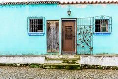 Бирюза покрасила дом внешний с украшенным чугунным баром Стоковые Изображения RF
