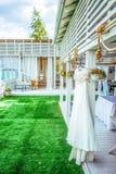 Бисероплетение украсило платье свадьбы Стоковая Фотография