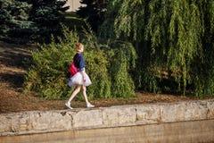 Битник балерины идя в парк осени Стоковая Фотография
