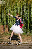 Битник балерины идя в парк осени skateboarding Стоковые Фотографии RF