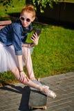 Битник балерины сидя на стенде Стоковое Изображение