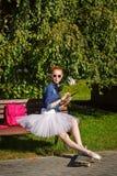 Битник балерины сидя на стенде Стоковое Фото