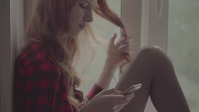 Битник маленькой девочки в checkered рубашке, шортах и колготки видеоматериал