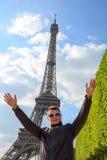 Битник молодого человека показывает Эйфелеву башню, Францию стоковая фотография