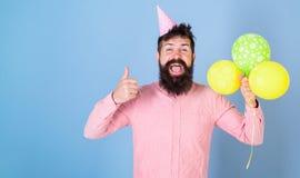 Битник празднует день рождения, показывает большому пальцу руки поднимающий вверх жест Концепция мальчика дня рождения Человек с  стоковые изображения