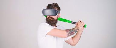 Битник с стильным оборудованием игры виртуальной реальности испытания бороды Gamer при борода битника играя бейсбол, спорт стоковая фотография