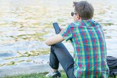 Битник с smartphone Стоковые Изображения