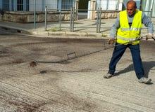 Битумная эмульсия работника дороги распыляя Стоковая Фотография