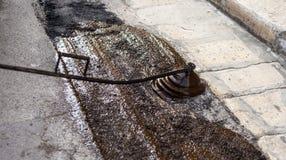 Битумная эмульсия работника дороги распыляя Стоковые Фотографии RF